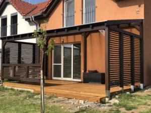 Realizace pergoly s pultovou střechou, bočními slunečnými clonami a terasovými prkny z Thermowoodu.