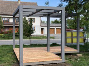 Moderní šedá pergola s konstrukcí z KVH hranolů s terasou ze sibiřského modřínu.