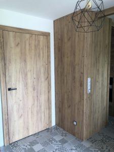 Realizace rodinného domu. Interiérové dveře a obložení stěn v dekoru gold craft oak.