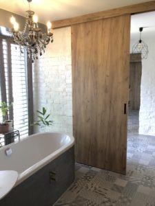Realizace rodinného domu. Posuvné dveře v dekoru gold craft oak.