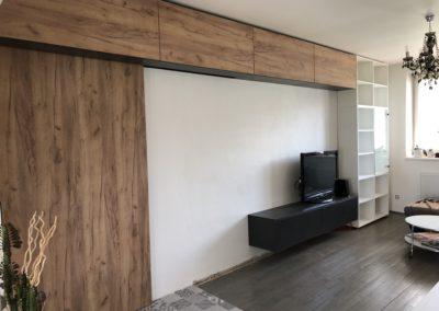 Realizace obývacího pokoje v rodinném domě. Kombinace použitých dekorů - dub zlatý mořený a antracit.