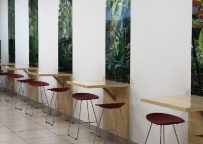 Realizace fast-foodu Panda ve Zlíně. Barové stoly jsou vyrobeny z bambusové dýhy.