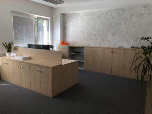 Kancelářský nábytek pro firmu Ribbon. Použité materiály od firmy Egger dekor Javor Mandal a světle šedá. Kování od firmy BLUM.