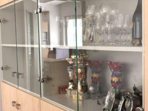 Kanceláře firmy Ribbon. Použité materiály od firmy Egger dekor Javor Mandal a světle šedá. Kování od firmy BLUM.