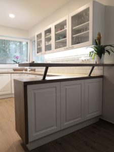 Tradiční kuchyně v bílém provedení s pracovní deskou Halifax přírodní.