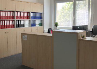 Kanceláře firmy Ribbon. Použité materiály od firmy Egger dekor Javor Mandal a světle šedá.