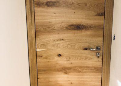 Bezfalcové interiérové dveře se skrytými zárubněmi z dubové dýhy opatřeny olejem OSMO