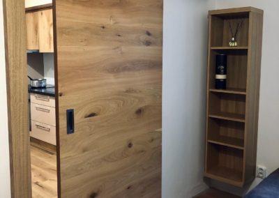 Posuvné interiérové dveře z dubové dýhy opatřeny olejem OSMO
