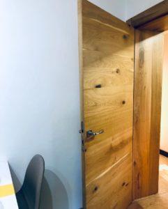 Bezfalcové interiérové dveře se skrytými zárubněmi z dubové dýhy opatřeny olejem OSMO.