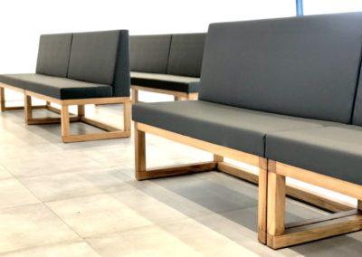 Dubové lavice s čalouněním.
