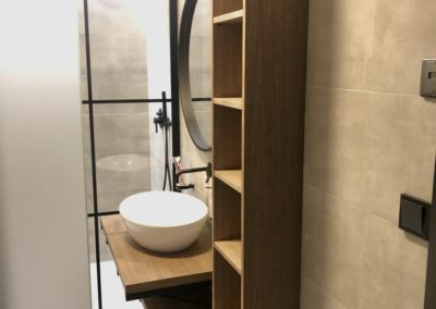 Moderní koupelna s industriálním nádechem.