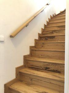 Realizace schodiště z dubové sukaté dýhy, která je opatřena olejem OSMO natural.