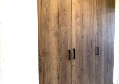 Vestavěné skříně v rodinném domě. Použitý dekor u této realizace je dub halifax tabákový.